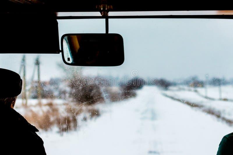 Vue de la route couverte de neige de la fenêtre de l'autobus Trip_ d'hiver photo libre de droits