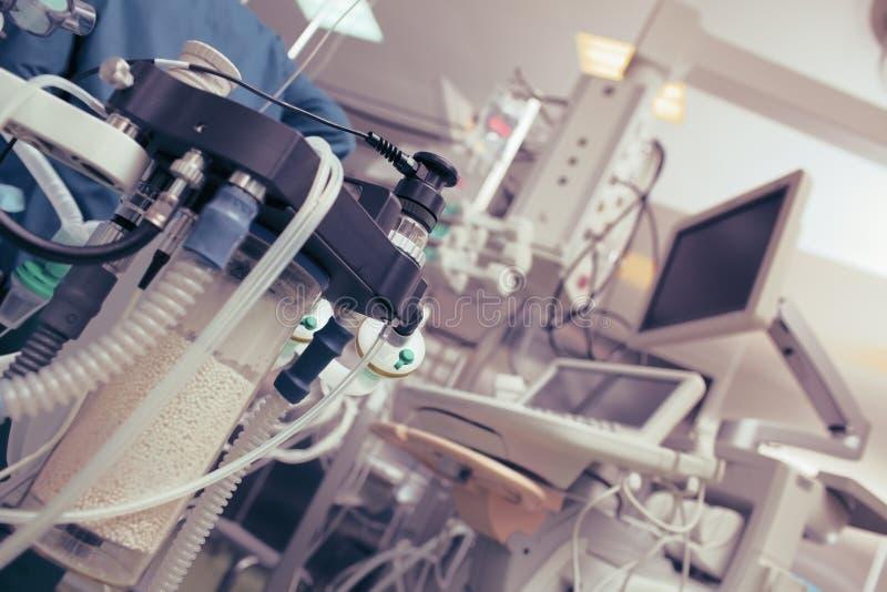 Vue de la salle d'opération moderne avec l'équipement et les appareils images libres de droits