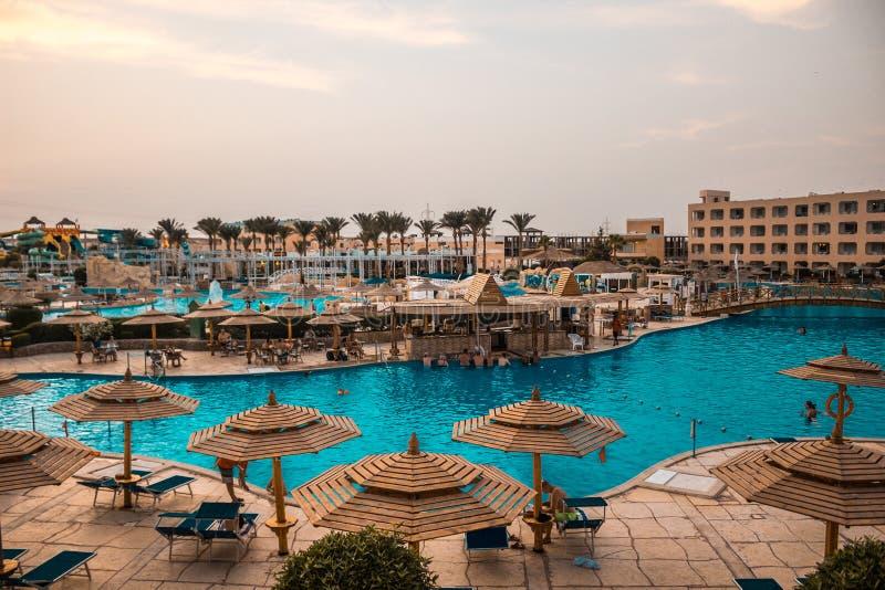 Vue de la salle sur la piscine d'un hôtel de luxe photos libres de droits
