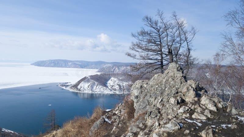 Vue de la source de la rivière d'Angara du lac Baïkal de la plate-forme d'observation chez le Chersky en pierre Un voyage vers la image stock