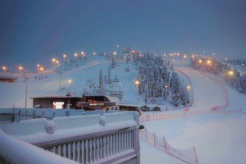Vue de la station de sports d'hiver Ruka Laponie finlandaise, soirée froide d'hiver photographie stock libre de droits
