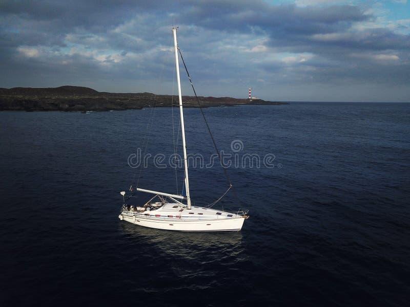 Vue de la taille du yacht près du phare outre de la Co image libre de droits