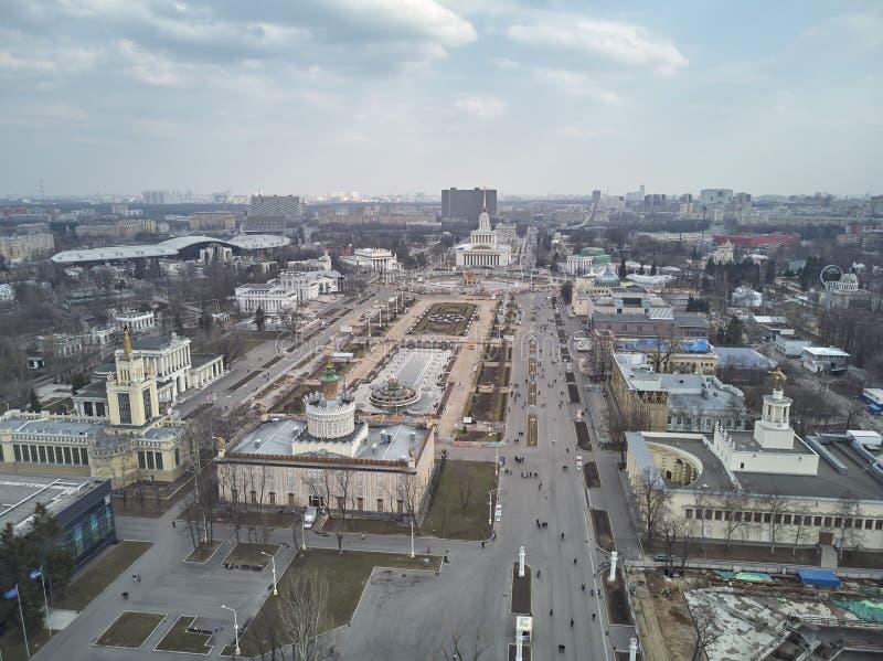 Vue de la taille de l'entr?e principale et des pavillons de l'exposition VDNH ? Moscou vue de bourdon photo libre de droits