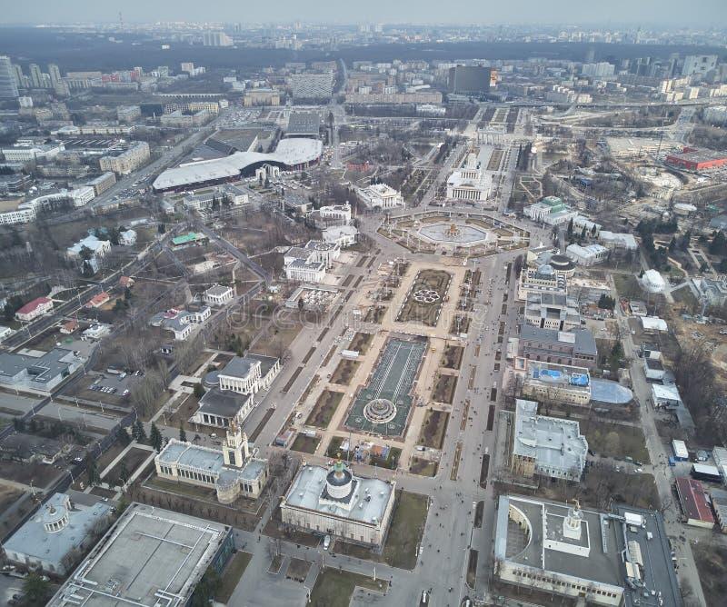 Vue de la taille de l'entr?e principale et des pavillons de l'exposition VDNH ? Moscou vue de bourdon photos libres de droits