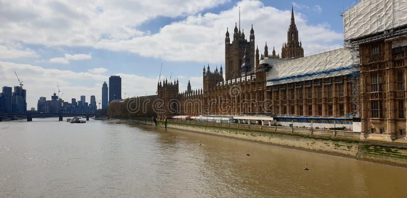 Vue de la Tamise à Londres avec des parties de la Chambre du Parlement étant rénové contre le ciel bleu et les nuages photographie stock libre de droits