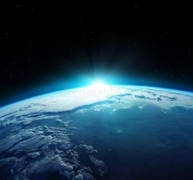 Vue de la terre bleue de planète avec le soleil se levant de l'espace Éléments de cette image meublés par la NASA images stock