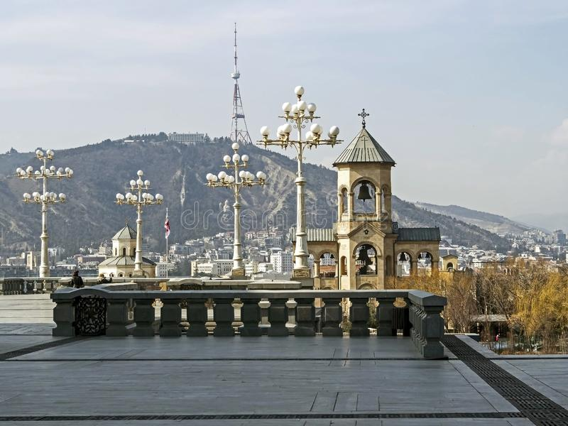 Vue de la tour de cloche de la cathédrale de trinité sainte à Tbilisi images libres de droits
