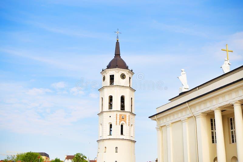 Vue de la tour de cloche et de la cath?drale de la basilique de St Stanislaus et de St Vladislav Vilnius, Lithuanie photos stock