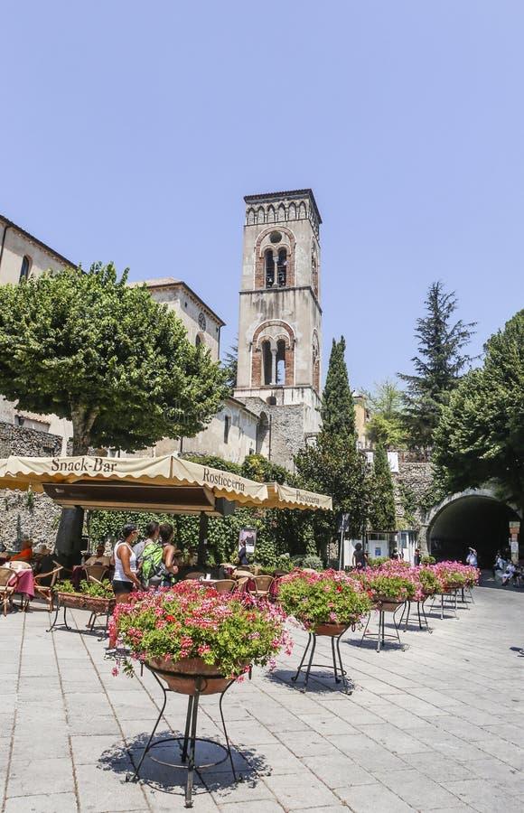 Vue de la tour de cloche de ville de Ravello photographie stock libre de droits