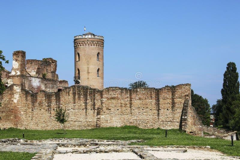 Vue de la tour de coucher du soleil de tour de Chindia entre les ruines et le vieux W images stock