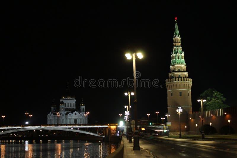 Vue de la tour de Vodovzvodnaya de Kremlin, du grand pont en pierre et de la cathédrale du Christ le sauveur photos libres de droits