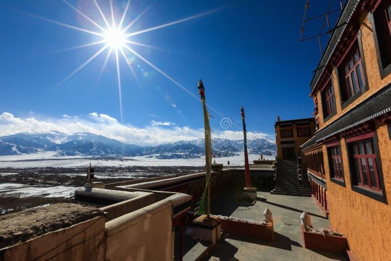 Vue de la vallée de l'Himalaya du monastère de Thiksey dans Leh images libres de droits