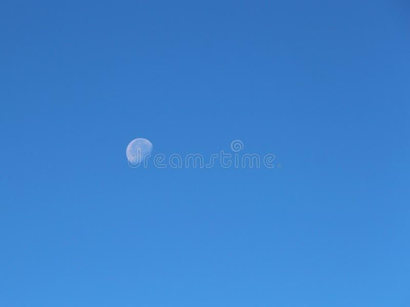 Vue de la vieille lune dans le ciel de jour image stock