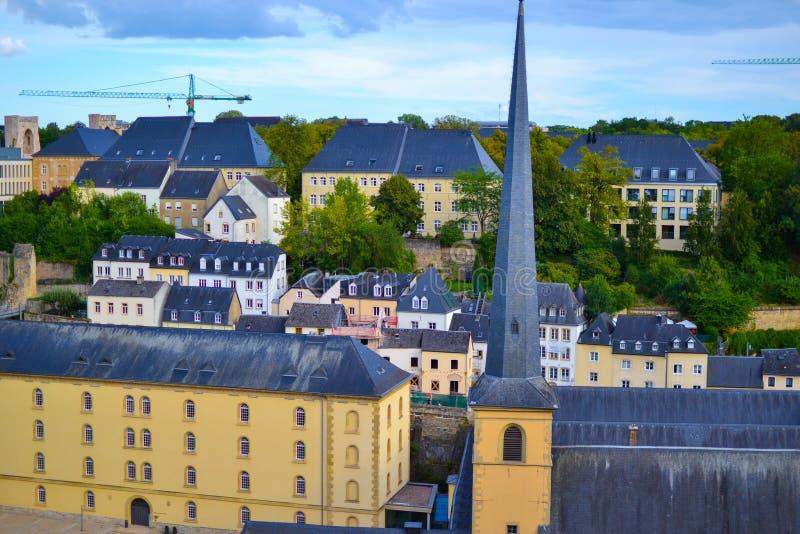 Vue de la vieille ville de la ville du Luxembourg, Luxembourg, avec l'église de St John Church de St John ou de St Jean du Grund  photo stock