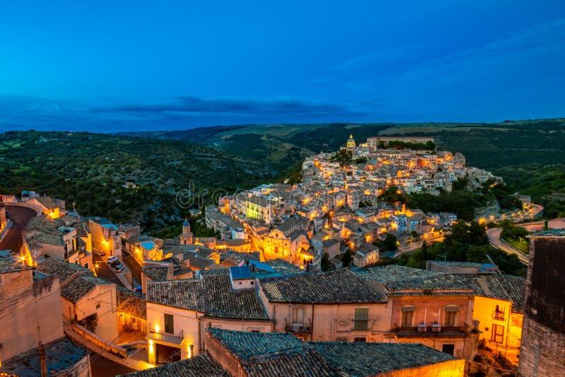 Vue de la vieille ville de Raguse Ibla la nuit, Sicile, Italie photographie stock