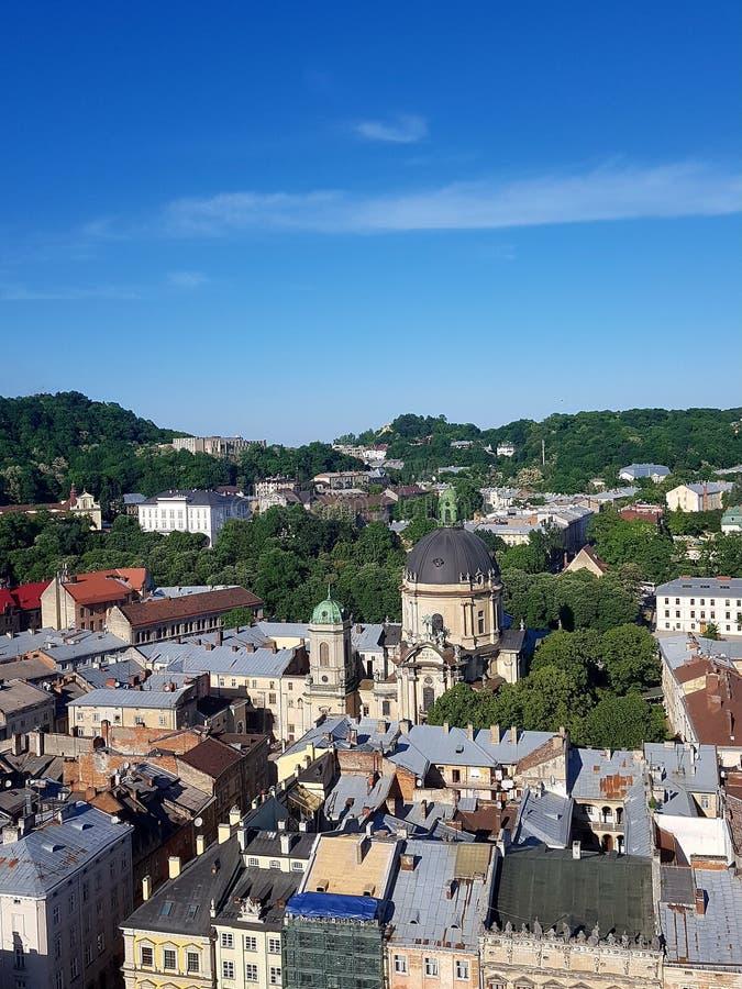 Vue de la ville à partir du dessus dessus verts des arbres Un grand nombre de maisons Aperçu du toit des bâtiments Parmi eux supp photos stock