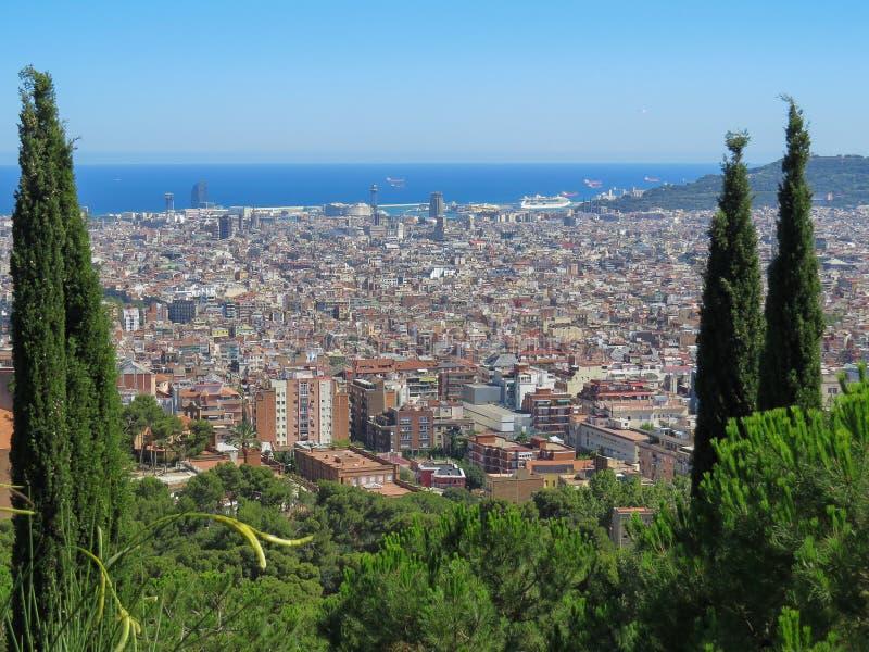 Vue de la ville Barselona de la plate-forme d'observation en parc Guell image libre de droits