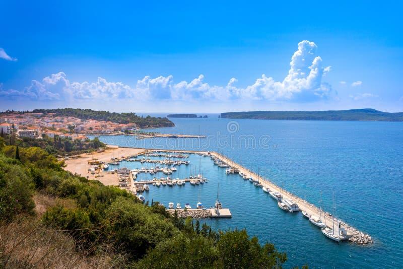 Vue de la ville côtière pittoresque de Pylos, Péloponnèse image stock