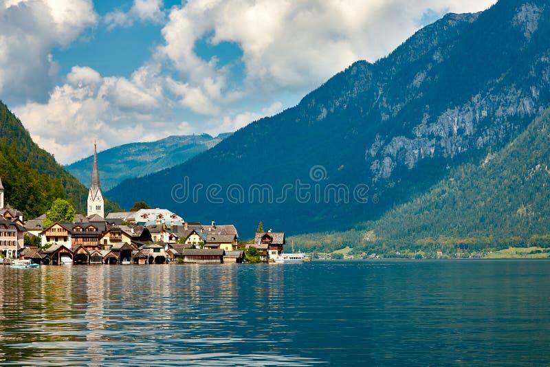 Vue de la ville et du lac Hallstatt le mountai en Autriche, Alpes photos stock