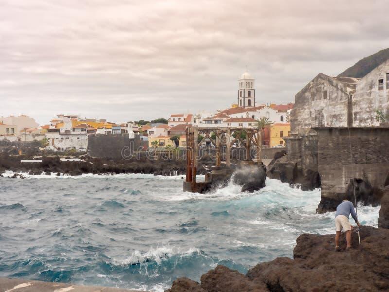 Vue de la ville de Garachico sur Ténérife dans le ciel gris photos stock