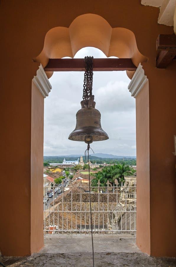 Vue de la ville de Grenade par la voûte de la tour de cloche de L photos libres de droits