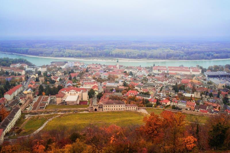 Vue de la ville de Highburg sur le Danube à partir du dessus L'Autriche, l'Europe photos stock