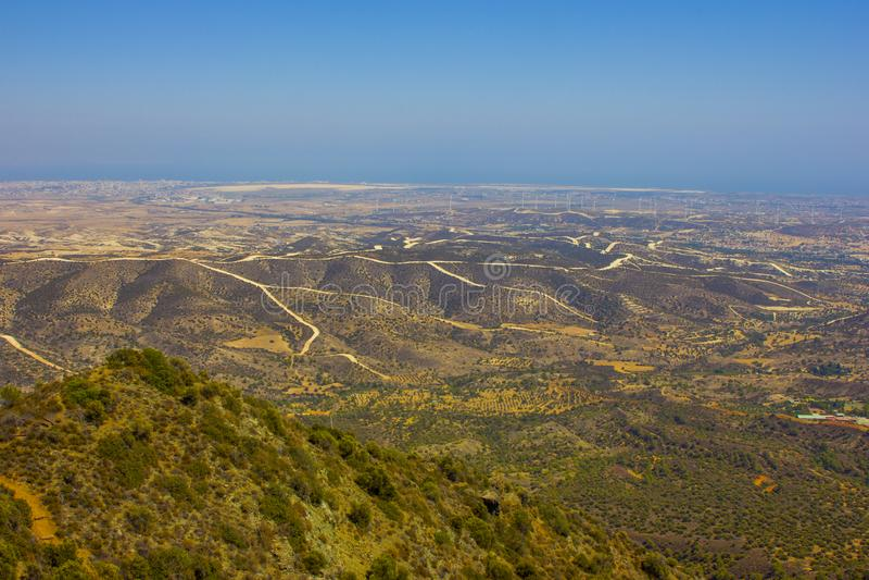 Vue de la ville de Larnaca et de moulins à vent de la montagne photo libre de droits