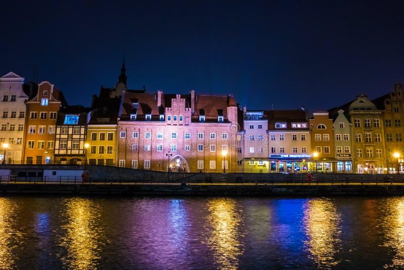 Vue de la ville principale de Danzig de la rivière de Motlawa la nuit Danzig, Pologne image libre de droits