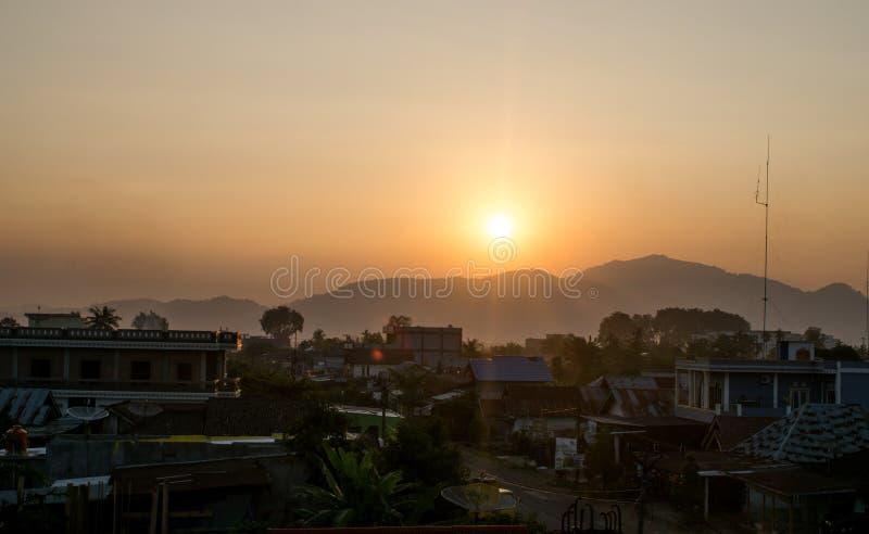 Vue de la ville quand le soleil place photographie stock libre de droits