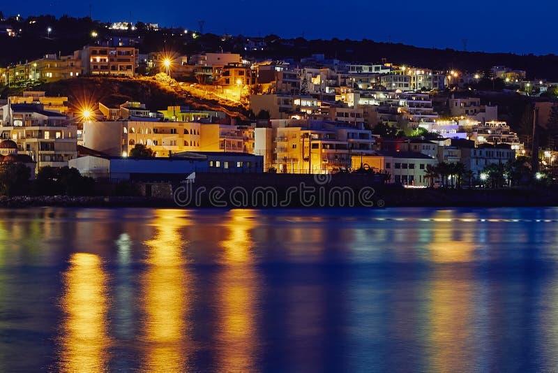Vue de la ville Rethymno de nuit, de la mer et de la réflexion des lumières dans l'eau, Crète, Grèce photo libre de droits