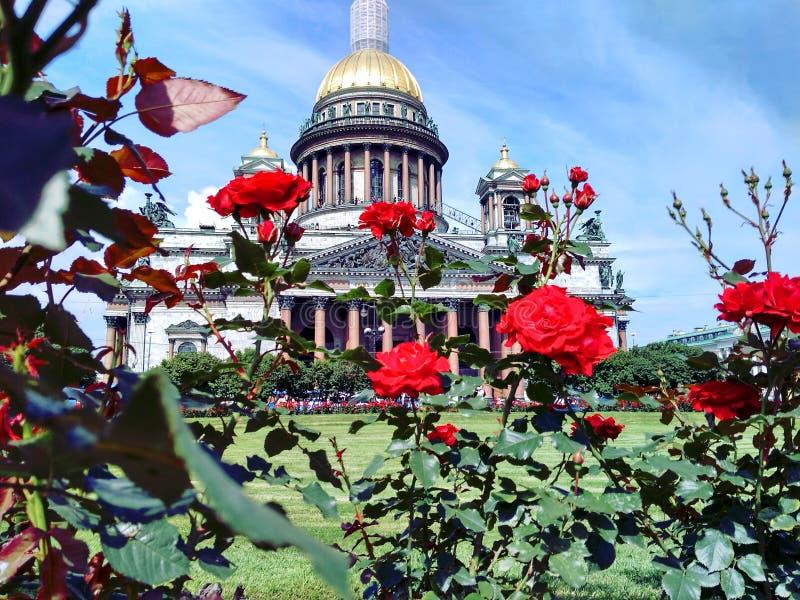Vue de la ville sur Neva St Isaac et le x27 ; cathédrale de s photographie stock libre de droits