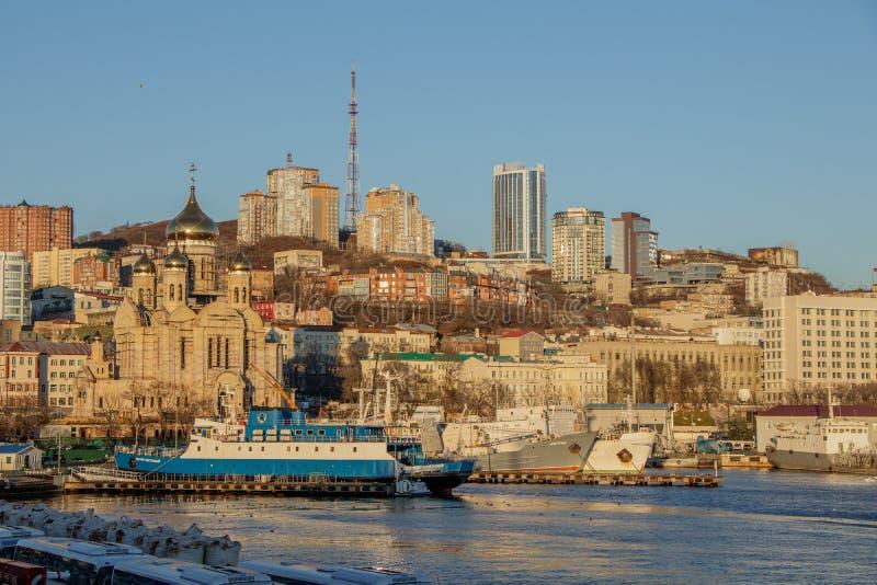 Vue de la ville de Vladivostok de la station de mer en automne en retard photographie stock libre de droits