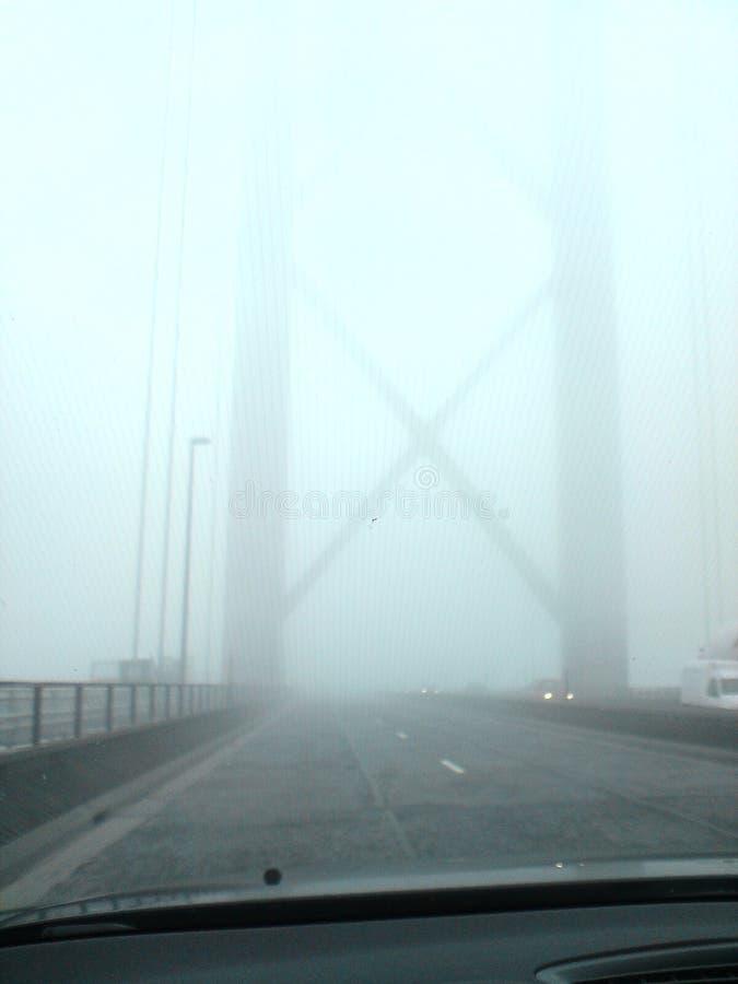 Vue de la voiture sur le quatrième pont routier pendant une journée de brouillard photo stock