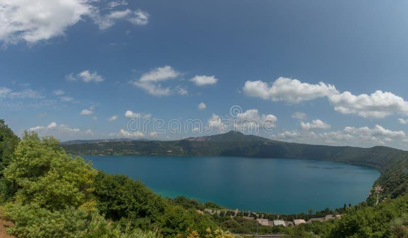 Vue de lac Albano de la ville de Castel Gandolfo, Italie images libres de droits