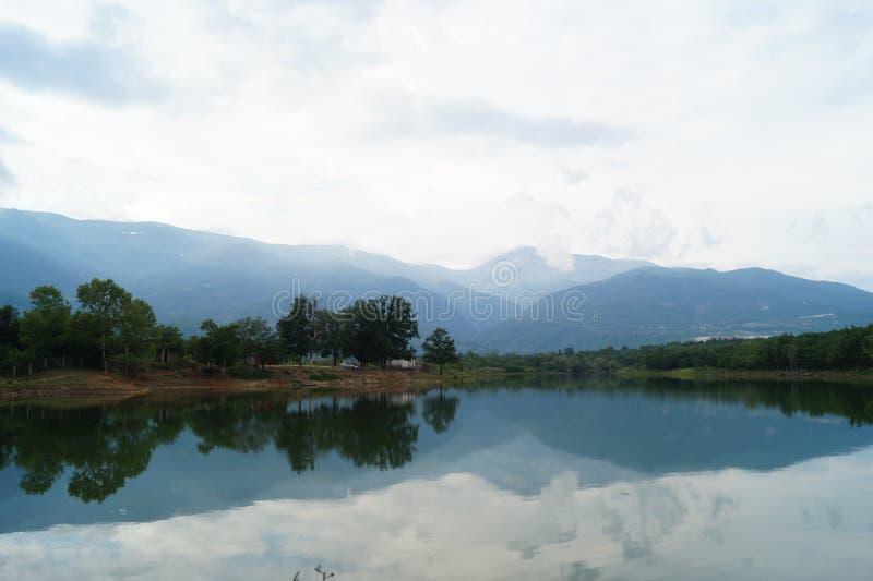 Vue de lac avec des montagnes de nature photos libres de droits