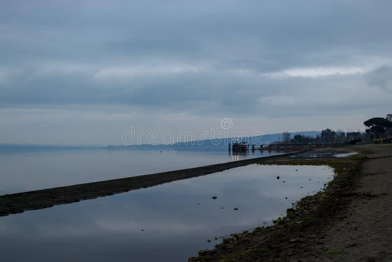 Vue de lac Bracciano, Italie photographie stock libre de droits