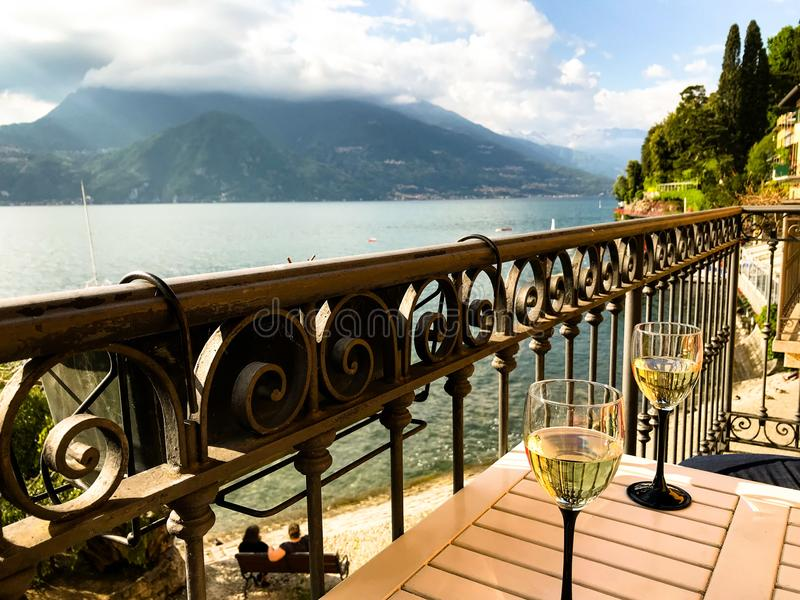 Vue de lac Como d'un balcon dans Varenna photos libres de droits