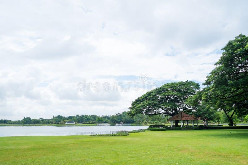 Vue de lac dans le jour nuageux au parc public de Suan Luang Rama 9 photographie stock