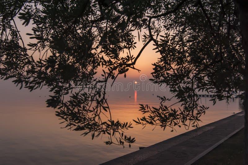 Vue de lac garda de l'avant de lac Bardolino image stock