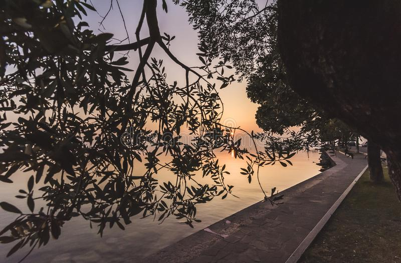 Vue de lac garda de l'avant de lac Bardolino photo stock
