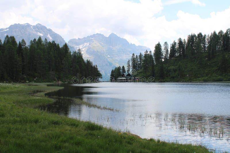 Vue de lac Malghette en refuge de Trentino Alto Adige Itali à l'arrière-plan image libre de droits