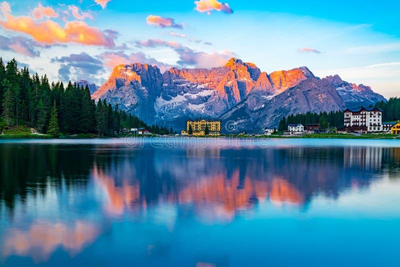 Vue de lac Misurina au ` Ampezzo de Cortina d pendant le matin photographie stock libre de droits