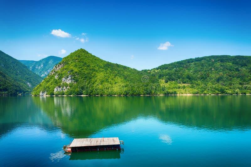 Vue de lac Perucac en Tara National Park, Serbie images stock