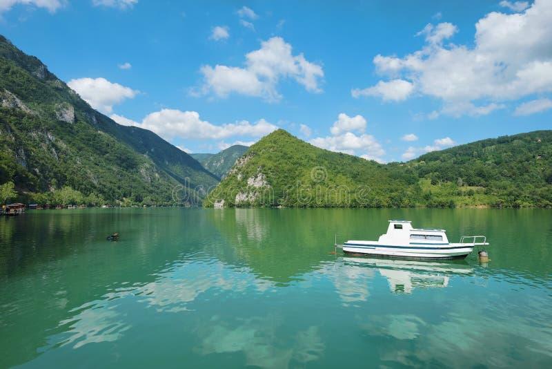 Vue de lac Perucac en Tara National Park, Serbie image stock