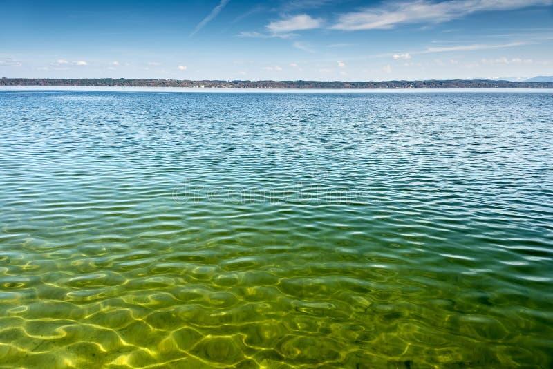 Vue de lac Starnberg dans Tutzing en Allemagne photographie stock libre de droits