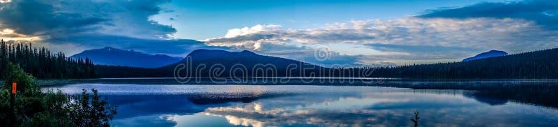 Vue de lacs Bowron photos stock