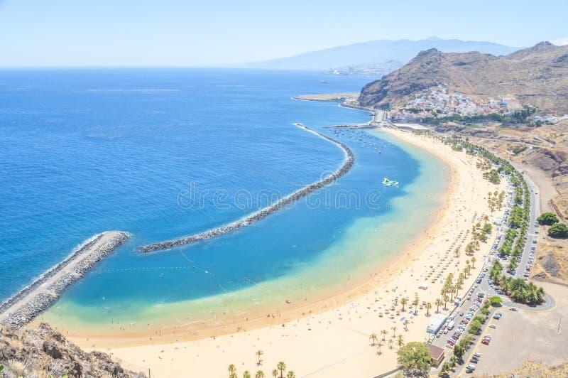 Vue de lagune célèbre Playa de las Teresitas, Dix de plage et d'océan image stock