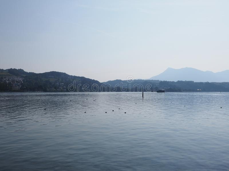 Vue de Lakeside dans la ville européenne de luzerne au paysage de lac en Suisse photos libres de droits