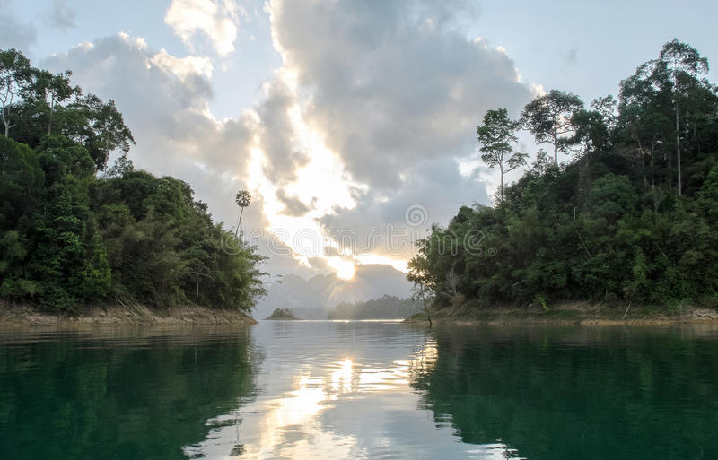 Vue de lever de soleil avec la réflexion entre l'île deux en Khao Sok National Park chez Suratthani, Thaïlande du bateau photographie stock libre de droits