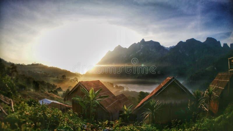 vue de lever de soleil de ma pièce dans le village de pays photographie stock